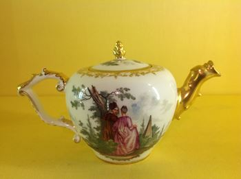 A Meissen small teapot and cover
