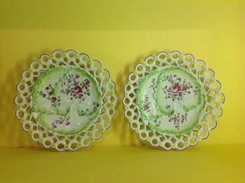 A fine pair of Derby small 'spectacle' plates