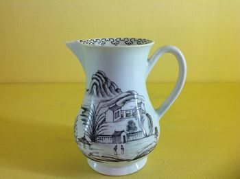 A Worcester sparrow beak milk jug