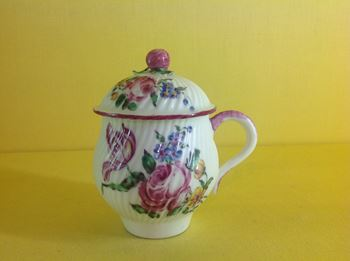 A Mennecy custard cup and cover