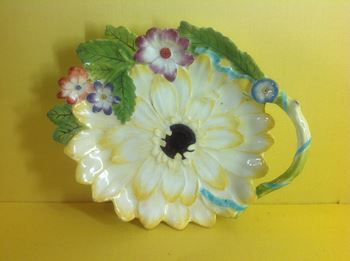 A Chelsea sunflower shaped dish