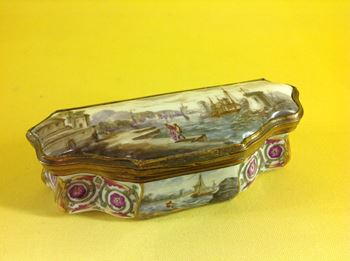 A German porcelain snuff box