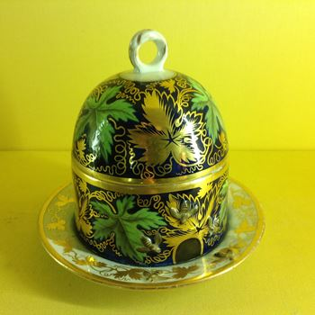 A rare Chamberlain's Worcester honey pot and cover