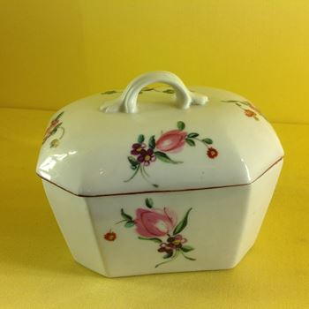 A Derby butter tub and cover