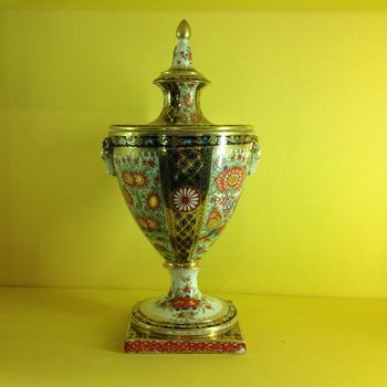 A Chamberlain's Worcester vase and two part cover