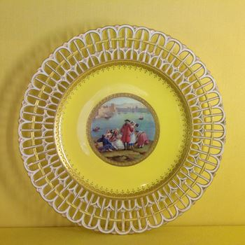 A Minton yellow ground plate