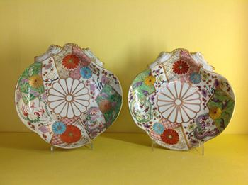 A pair of Worcester shell shaped dishes