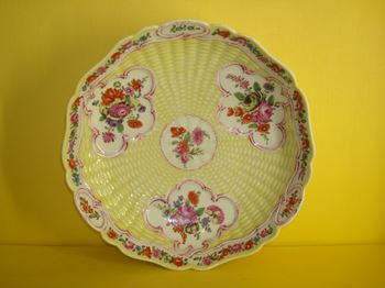 A Worcester yellow ground junket dish