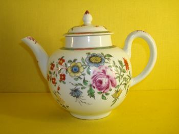 A fine Worcester teapot and cover