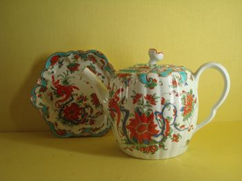 A Worcester teapot, cover and stand