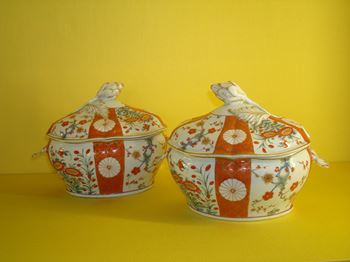 A pair of Worcester sauce tureens and covers